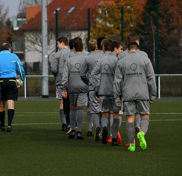 B-Jugend Fussballmannschaft läuft aufs Spielfeld
